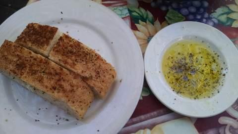Crispy bread & olive oil